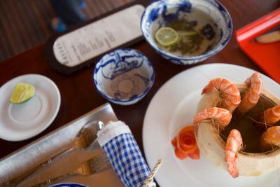 Table mise à bord du Bassac II: grandes crevettes du Mékong au jus de coco et ambiance détendue