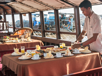 [image] breakfast on a Mystic sampan
