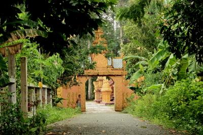[image] L'entrée d'une pagode Theravada