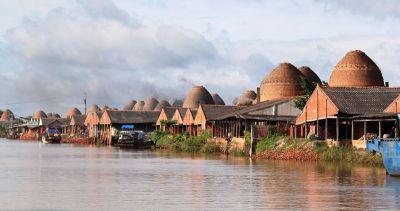 Khung cảnh làng gốm Mang Thít