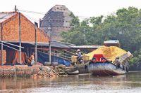 Ghe chở trấu ở làng gốm Mang Thít