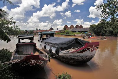 Làng gốm Mang Thít bên dòng kênh